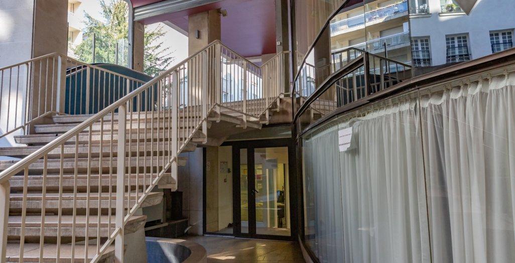Photographie de l'entrée du laboratoire de droit social, centre Val de Grâce