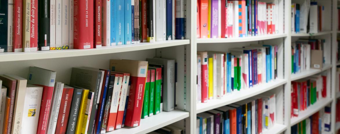 Photo de la bibliothèque du laboratoire de droit social