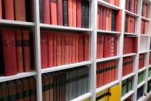 Rayonnage de la bibliothèque du laboratoire de droit social